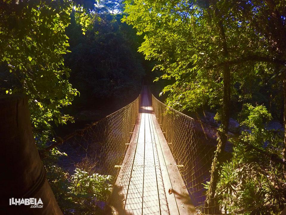 Ponte sobre cachoeira da Laje - Trilha do Bonete (Foto: Ilhabela.com.br)