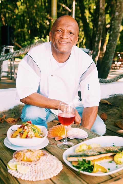 Chef Tonhão comanda a cozinha do Espaço Tangará, na Praia do Jabaquara em Ilhabela