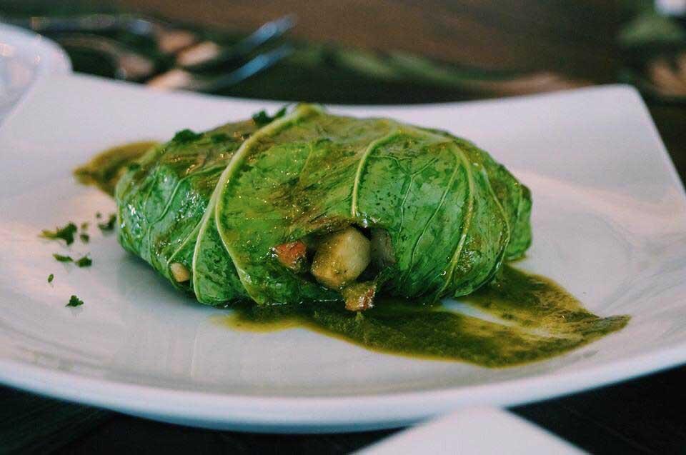 Trouxinha de acelga com legumes salteados e coração de alcachofra - Prato Vegano do Île Bistrot em Ilhabela - Chef Tonhão