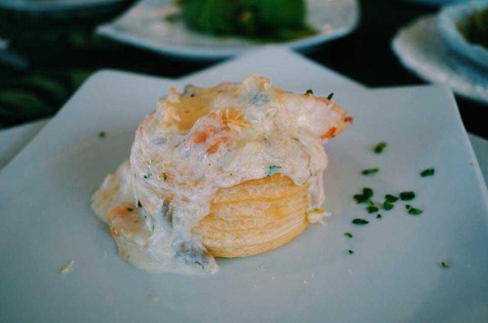 Camarão ao molho branco com massa folhada, do Chef Tonhão para o Île Bistrot em Ilhabela