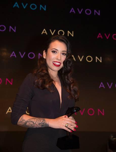 Mychelle usando delineado gatinho no estilo Pin-Up, para receber o Prêmio Avon de Maquiagem