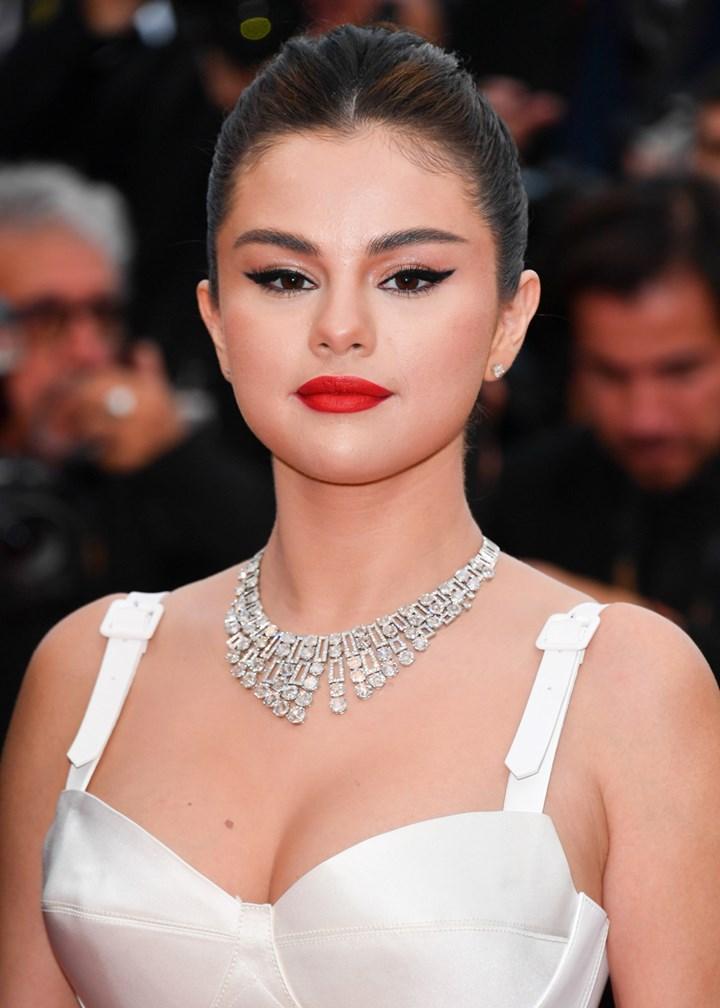 Selena Gomez com delineado gatinho
