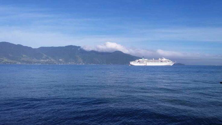 Navio de cruzeiro na Vila - Centro Histórico de Ilhabela