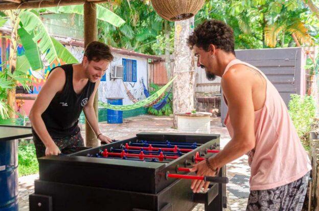 Área de convivência com jogos - ClanDestino Hostel Ilhabela