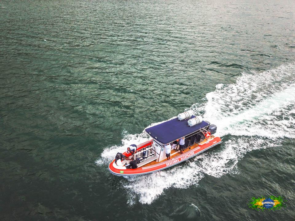 Passeio a bordo de um Super Boat SR 1000 equipado com dois potentes motores de 300 hp, homologado para mar aberto e credenciado no ICMBio - Maremar Turismo